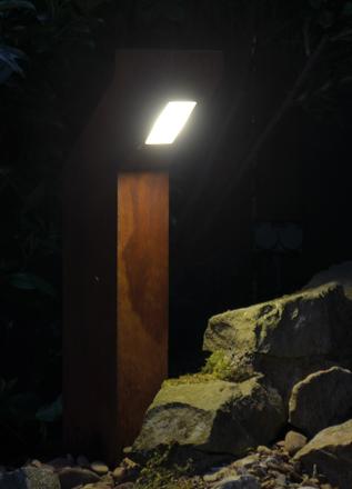 Die MOVET Außenbeleuchtung im Rost Design bei Nacht.